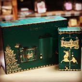 Kusmi Tea, to je nestarnúca legenda a skutočný zážitok pre milovníkov čaju.   Už viac než 140 rokov ponúka Kusmi Tea čajové zmesi tej najvyššej kvality.  Čajové zmesi sú vyrobené v súlade s tradíciou výhradne ručne a z celých čajových lístkov, ktoré pochádzajú z Číny, Indie a Srí Lanky. Delikátna chuť a vôňa je dovedená k dokonalosti vzácnymi extraktmi, ako sú vanilka z Madagaskaru, bergamot z Kalábrie alebo ovocie a kvety z francúzskeho Grassu.   Porciované čaje sú balené v ručne šitých vrecúškach z mušelínu a uložené v nádherných ikonických krabičkách.  #kusmi #caj #vianoce #obchodbio